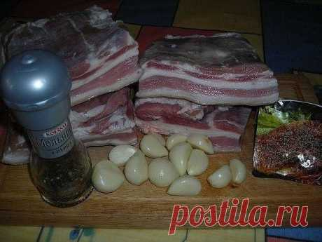 Свиная грудинка (в пакетах)  Ингредиенты: -свиная грудинка-1.5 кг. -чеснок-1-2 головки. -чёрный перец крупного помола -приправа для свинины -соль  Ингредиенты: Свиную грудинку разрезать на куски .Чеснок измельчить в блендере или через чеснокодавилку.  Грудинку натереть солью, приправой, перцем и чесноком. Дать настоятся около часа. Взять целофанновые пакеты вставить один пакет в другой и положить в них грудинку. У меня было 4 кусочка грудинки, я положила по два кусо...