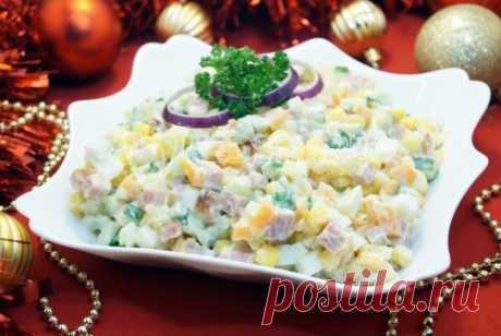 La ensalada «la tarde Navideña» la Ensalada con el jamón y el pepino fresco para la fiesta más caliente en el año.