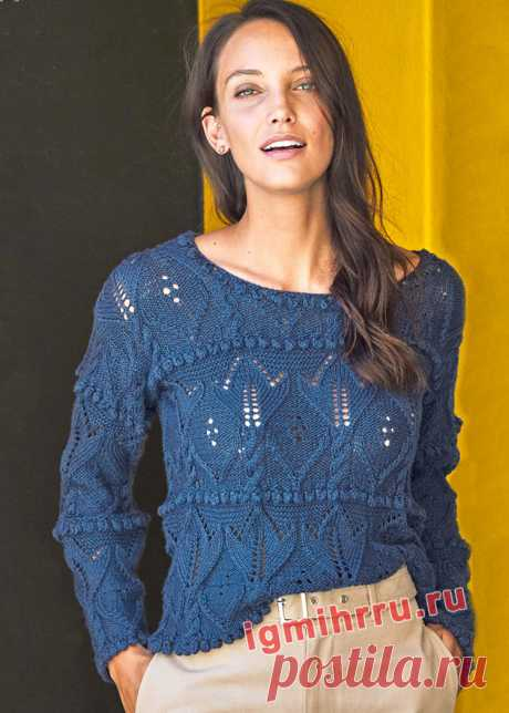 Синий пуловер с ажуром и «шишечками». Вязание спицами со схемами и описанием