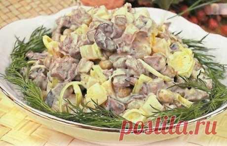 Салат мясной с грибами  Ингредиенты: мясо - 100 г картофель - 1 шт. шампиньоны - 100 г зеленый горошек консервированный - 200 г лук-порей - 50 г чеснок - 1 зубчик сок 1/2 лимона майонез - 3 ст. ложки соль, перец и зелень - по вкусу  Приготовление: 1.Мясо, грибы и картофель отварите до готовности. 2.Лук-порей нарежьте кольцами; мясо, грибы и овощи нарежьте кубиками. 3.Добавьте горошек, специи, измельченную зелень и перемешайте. 4.Майонез смешайте с толченым чесноком, соком ...
