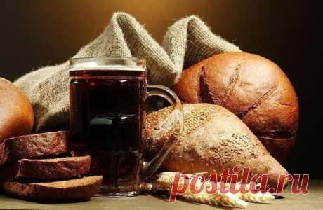 """Домашний квас  Делаем квас своими руками - рецепт еще """"советский"""" - проверенный. Полбуханки ржаного хлеба(любого); 3 литра кипяченой воды; полпачки (25-30 грамм) сухих дрожжей; полстакана (125 грамм) сахара; изюм.  Режем хлеб на кусочки и обжариваем на противине в духовке до румяной корочки. Вернее сушим, потому как без масла. Заливаем корочки кипятком в 3-х литровой банке и ждем остывания до температуры 36-38 градусов. После остывания добавляем половину приготовленного са..."""