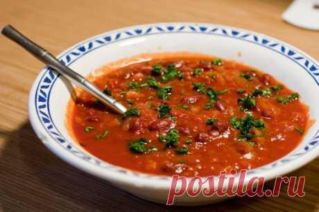 Томатный суп (постный). Ингредиенты: 1 морковь, 1 крупная луковица, 6 некрупных помидоров, 1 ложка томатной пасты, 1 банка фасоли, 500 мл воды. соль, специи, зелень...