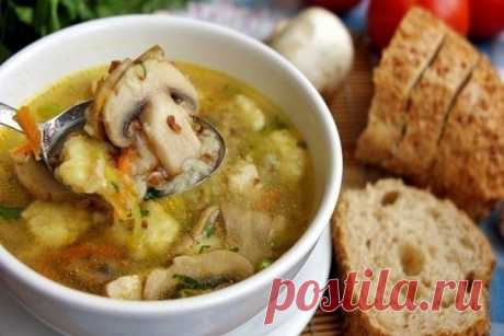 Гречневый суп с грибами и картофельными клёцками  Ингредиенты:  Куриная голень – 6 шт. Вода – 3 л Шампиньоны – 300 г Лук – 1 шт. Морковь – 1 шт. Гречка – 1\2 стакана Зелень – по вкусу Соль – по вкусу Перец – по вкусу  Для клёцек:  Картофель – 2-3 шт. Яйцо – 1 шт. Мука – 2-3 ст.л. Соль – по вкусу  Приготовление:  Сварить курицу до готовности. Вытащить из бульона. Снять мясо с костей и вернуть обратно в бульон. Параллельно обжарить лук, морковь и грибы. Гречку промыть и доба...