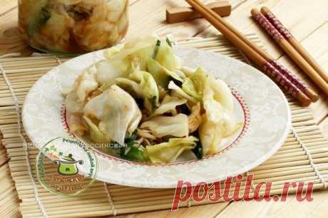 КИМЧИ  автор Нина Минина-Россинская Кимчи - это корейская закуска из острых овощей, замаринованных особым образом. Традиционно готовится из пекинской капусты, а так же вкусно получается из нашей привычной молодой капусты. Основная роль отводится красному острому перцу, хотя мне ближе более мягкие варианты, поэтому острого перца беру по-минимуму и дополнительно использую подходящие для овощей смеси масалы. Вариантов приготовления кимчи - не один, хочу познакомить с одним из...