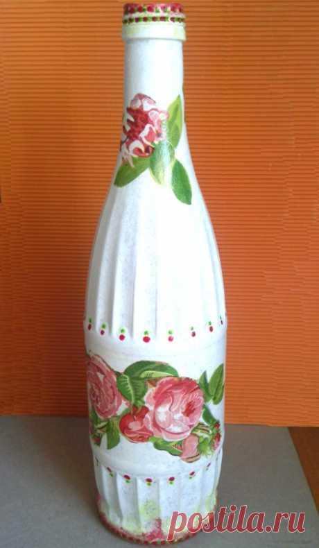 Hacemos dekupazh las botellas-floreros por las manos – la clase maestra para los principiantes