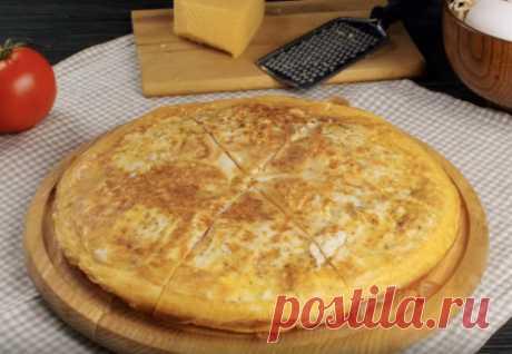 Выливаем на лаваш яйца и посыпаем сыром: ленивый пирог на завтрак