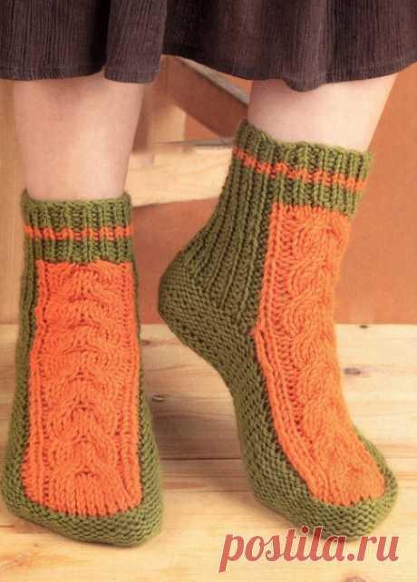 Вязаные носки спицами с узором из кос  Тёплые носки с косой из контрастной пряжи согреют ваши ножки, благодаря мериносовой нити в них вы будете чувствовать себя комфортно и уютно.  Размеры: 37-38.  Вам потребуется: пряжа «Мериносовая» (50% мериносовая шерсть, 50% акрил, 200 м/100 г) -100 г зеленого и 50 г оранжевого цвета, носочные спицы № 3.  Резинка 1 x 1: вяжите попеременно 1 лиц. п. и 1 изн. п.  Коса: вяжите по схеме, на которой приведены только нечетные ряды. В четных...