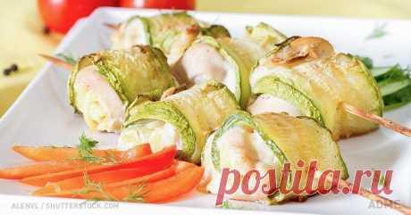 Los panecillos jugosos de calabacín con la gallina