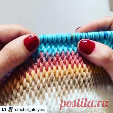 Узор в копилку.  Автор:@crochet_atolyesi.  #видеоуроквязания #урокивязания #бесплатныймк #узорспицами #вязатьмодно  #обьемныйузорспицами  #стильноевязание #идеивязания #анапавяжет #вязаниеанапа#узордлякардигана  #плотныйузорспицами #knitting  #knittinglove  #knitting_inspiration