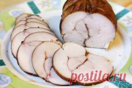 Пастрома из куриной грудки в домашних условиях рецепт с фото пошаговое В нашем меню - пастрома из куриной грудки. На праздничном столе обязательно должна присутствовать мясная нарезка. Пастрома - это идеальная замена покупной колбасе. Сочное, нежное, ароматное и невероятно вкусное мясо станет идеальным дополнением к многочисленным салатам и горячим блюдам. Очень вкусно, красиво и просто. Смотрим, как приготовить куриную пастрому в домашних условиях...