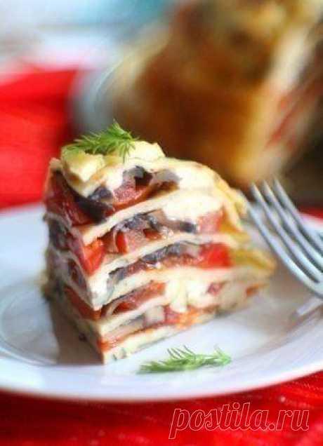 Новости Блинный пирог с помидорами, грибами и сыром  Ингредиенты:  Блины: - 3 яйца - 300 мл молока - 150 г муки - 1 небольшой пучок зелени - соль, сахар – по вкусу  Начинка: - 300 г шампиньонов - 4 помидора - 200 г твердого сыра - 2 зубчика чеснока – по–желанию