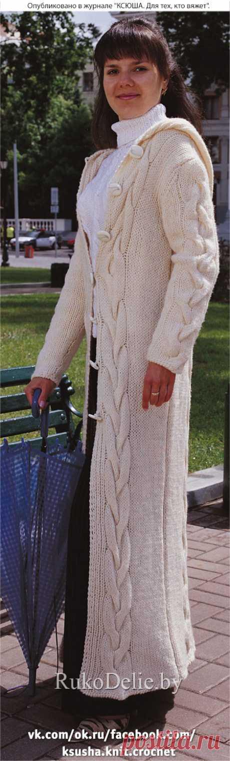 Пальто с капюшоном, связанное на спицах
