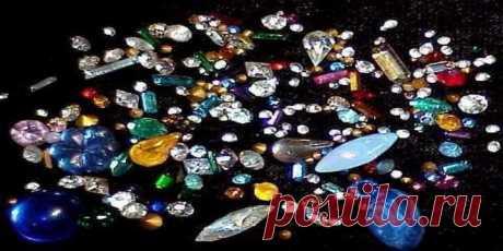 Как выбрать цвет камня в украшении по знаку зодиака?   Женщинам, рожденным под знаком Козерога, подходят украшения с темно-серыми и зелеными камнями. Основным камнем для них считается полосатый топаз. Водолеям лучше всего носить изделия со светло-желтыми вставками и сине-зелеными, имитирующими бирюзу. Девушек-Рыб украсят светло-фиолетовые и белые камни, а для Овнов счастливыми станут бесцветные варианты и красные, похожие на рубины. Тельцам стоит выбирать голубые и синие украшения..