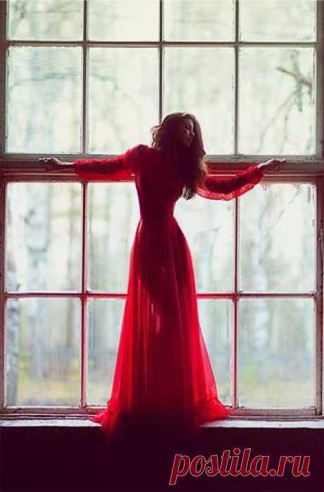 Буду тебя беречь  от мимо идущих лиц,  от неизбежности встреч,  от холода чёрных ресниц,  от брошенных даром слов,  от остро летящих секунд,  от жутко играющих снов,  от тяжести горьких разлук,  от пасмурных серых дней,  туманов, дождей, болот,  от жара немых огней,  от жизни минорных нот.   Во тьме не жалея свеч,  и даже безумно любя…  буду тебя беречь  от самого себя.  Костя Крамар