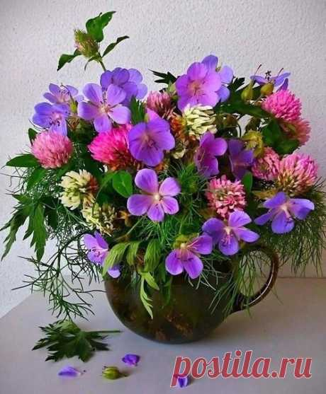 А счастье любит тишину и не нуждается в показе, А счастье любит простоту и маленький букетик в вазе...