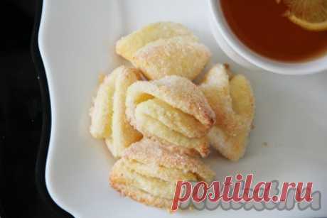 """Творожное печенье """"Конвертики"""" - рецепт с фото Приготовление творожного печенья занимает мало времени и требует продуктов, доступных каждому. Неповторимым такое печенье сделает форма в виде треугольных конвертиков. Из данных ингредиентов получается примерно 30 штук ароматного и вкусного печенья. Поспешите на кухню и приготовьте эти ..."""