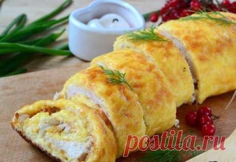 Вкуснейший куриный рулет дома! Если готовить мясо, то только так ❤ Ингредиенты: Сыр твердый — 200 г Яйца — 3 шт. Куриная грудка — 1 шт. Лук репчатый — 2 шт. Сметана — 3 ст. л. Соль — по вкусу Перец — по вкусу Приготовление: 1. Подготовьте все необходимые ингредиенты. Куриную грудку пропустите через мясорубку вместе с одной луковицей. 2. Сыр натрите на крупной терке. 3. К сыру добавьте яйца и сметану. Хорошенько перемешайте массу до однородности. 4. Должна получиться не слишком густая и не…