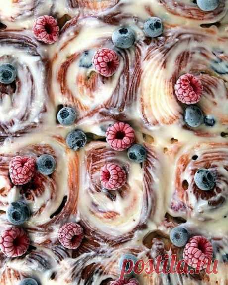 Мягкие булочки-улитки с кардамоном и ягодами