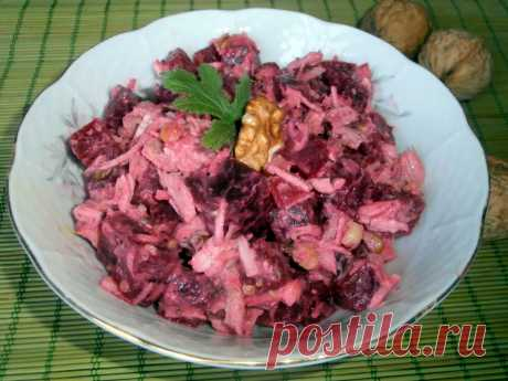 Свекольный салат с курицей и жареными орехами Этот диетический и простой салат с курицей имеет оригинальный вкус благодаря жареным орехам, а добавление свеклы делает его более полезным и вкусным.