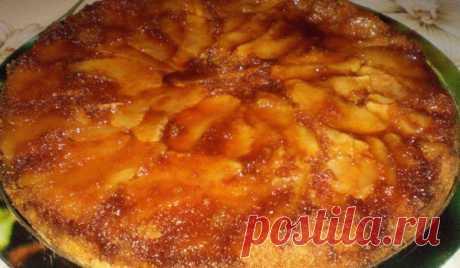 Обърнат ябълков сладкиш Ябълковият сладкиш няма права и обратна страна, а само вкусна такава . Ябълков сладкиш как да си приготвим в домашни условия. В тавичка сипете равномерно захарта и добавет..