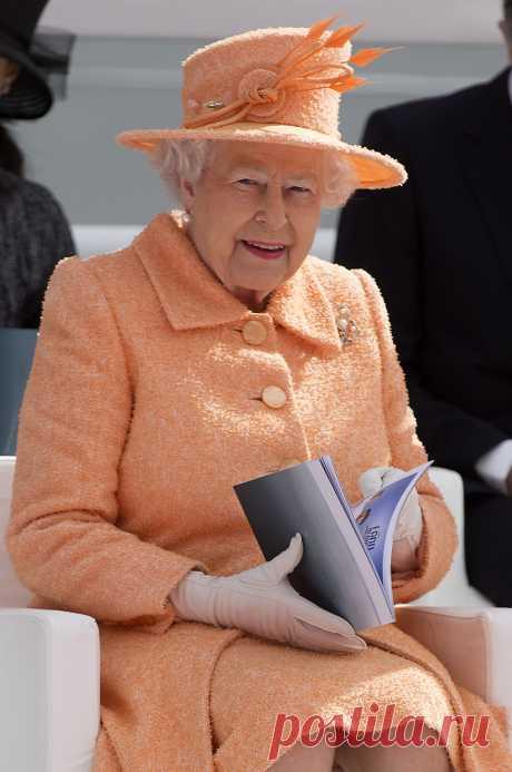 Лучшие наряды Елизаветы II: Королева Великобритании празднует 89-й день рождения - «Life.ru» — информационный портал