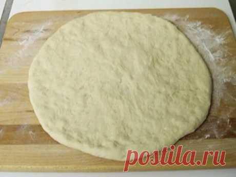 ТЕСТО ДЛЯ ПИЦЦЫ ПРАВИЛЬНОЕ. Это тесто отлично подойдет как для пиццы, так и для кальцоне. Также его можно заморозить – качество от этого не пострадает. Этого теста хватает на 2 пиццы.  Ингредиенты:  500 гр муки  250 мл воды  70 мл масла  15 гр дрожжей (3-4 гр сухих)  1 чайная ложка сахара  1 чайная ложка соли  Приготовления:  1.В теплую воду добавить дрожжи и сахар,перемешать и подождать когда начнут пениться  2.К дрожжам добавить половину нормы муки,перемешиваем,постепенн...