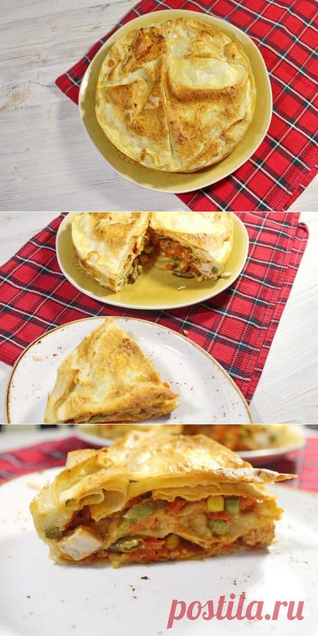 Вкусный, быстрый пирог из лаваша, куриной грудки и овощей.