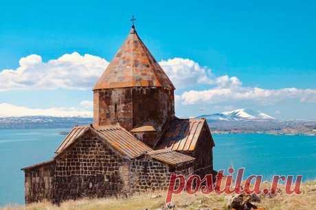 Սևանավանքը (նաև հայտնի է «Մարիամաշեն» անունով) հիմնադրվել է Սևանա լճի կղզում (այժմ` թերակղզի), Սևան քաղաքից դեպի արևելք։ Պեղումների արդյունքում պարզվել է, որ այս վայրը բնակեցված է եղել նոր քարի և բրոնզի դարերում։ Երբ 301 թ. հայոց արքա Տրդատ Գ Մեծը ապաշխարհություն ստացավ Սբ. Գրիգոր Ա Լուսավորչից և քրիստոնեություն ընդունեց, իսկ Հայաստանում քրիստոնեությունը պետական կրոն հռչակվեց, ամենուր վանքեր և եկեղեցիներ հաստատվեցին։ Ինքը` Գրիգոր Լուսավորիչն է հիմնել Սևանավանքի առաջին երկու եկեղեցիները