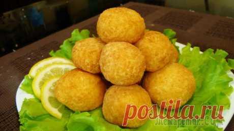 Сырные шарики Сырные шарики - простая, быстрая, очень аппетитная и яркая закуска. Она подходит для повседневного меню или же праздничного стола.Ингредиенты:Твёрдый сыр - 200 г.Яичный белок - 3 шт.Мука пшеничная - 3...