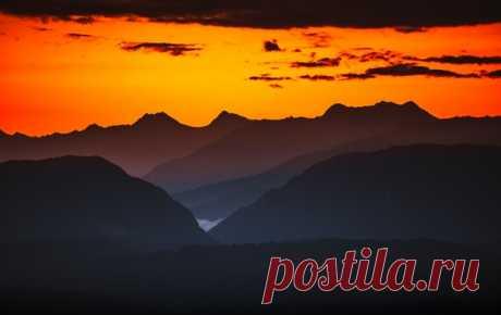 Рассвет над Кавказским хребтом из Сочи. Снимал Илья Бунин. Яркого дня!