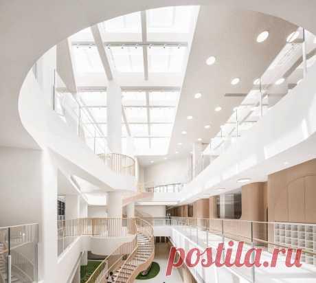 Интерьер детского центра Монтессори в Китае Архитекторы студии LM Design Lab работали над проектом детского сада Монтессори в городе Сямынь, Китай. Расположенный на побережье, он напоминает круизный лайнер. В процессе проектирования здания архитекторы отталкивались от пространственных ограничений и сильной зависимости от искусственного…