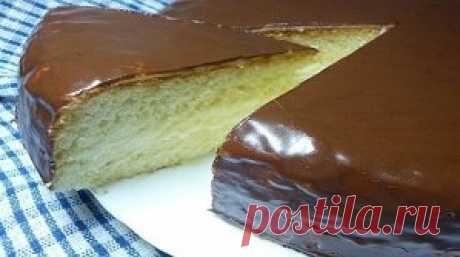 """La torta muy sabrosa y rápida de \""""Charodeyka\"""" \u000aLos ingredientes:\u000aPara el test:\u000aEl tormento — 1 vaso \u000aEl azúcar — 1 vaso\u000aEl cilindro rompedero — 1 h. L.\u000aLos huevos — 5 piezas \u000aLa vanillina — por gusto\u000aPara la crema:\u000aLos huevos — 1 pieza\u000aLa leche — 1 vaso \u000aEl azúcar molida — 0 5 vasos,\u000aEl tormento — 2 5 art., de l.\u000aLa mantequilla — 50 g\u000aPara el glaseado:\u000aLa mantequilla — 50 g \u000aEl cacao — 3 art. de l.\u000aEl azúcar molida — 4 art. de l. \u000aLa crema agria — 4 art. de l. \u000aLa vanillina — por gusto\u000aLa preparación:\u000a1. Para hacer testo, tenemos que batir los huevos con la vanillina y el azúcar, echamos después el tormento"""