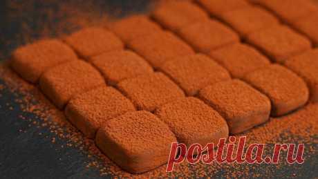 Домашние трюфели из сгущенного молока Очень простой рецепт трюфельных конфет.Сгущенное молоко – 240 гКакао – 100 гПошаговый ВИДЕО-рецепт:1.Нагреть сгущенное молоко, добавить какао.2.Выложить в форму, поставить в морозилку на 1,5-2 часа.3.Нарезать или сформировать шарики. Посыпать какао.