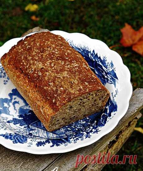 El pan de centeno simple con las semillas numerosas o las mujeres presentes noruegas siempre cuecen el pan (sin zamesa y largo rasstoyki)