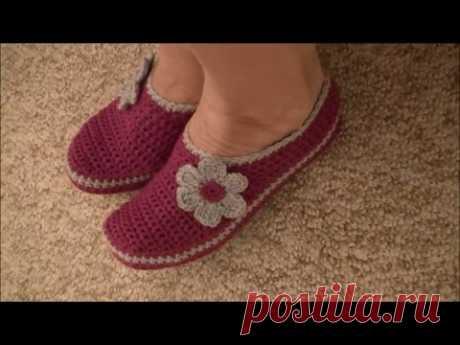 Дома хочется ходить в тёплой и удобной обуви, мягкой и приятной на ощупь. Вязаные тапочки крючком отлично подойдут для этой цели. Связать их просто, это не потребует большого мастерства от начинающих. Такие тапочки можно сделать себе, детям, а если к вам часто приходят гости, то есть смысл в вязаной обуви и для них.  Тапочки могут быть из квадратов, на основе ажурных мотивов, иметь отдельную подошву из кожи или фетра, или быть связанными крючком от и до. Схемы с описанием, данные ниже, понятны