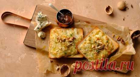 Тосты с голубым сыром и грецкими орехами - ПУТЕШЕСТВУЙ ПО САЙТУ. Это не просто тост с сыром и орехами: в нем целых два вида сыра, приготовленных в виде паштета. Если вас смущает зеленый лук в утреннем тосте, от него можно оказаться.  ИНГРЕДИЕНТЫ 4 ломтика пшеничного или цельнозернового хлеба для тостов 150 г молодого пармезана 100 г голубого сыра 50 мл …