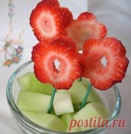 Клубничные «цветы» - Фрукты - Праздничное меню