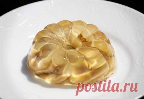 Вкусный десерт - желе из белого вина с бананами