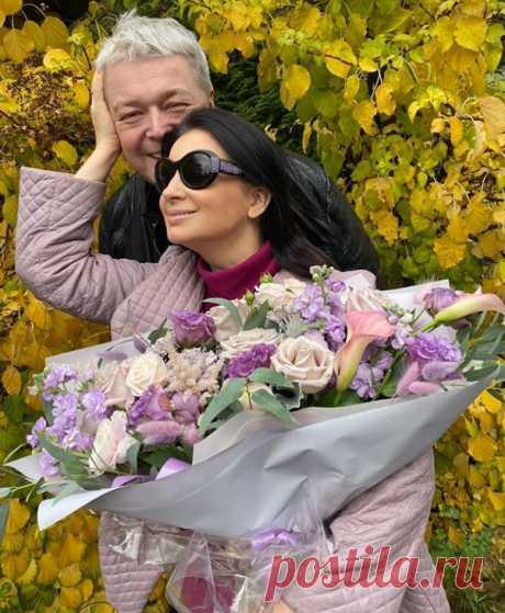 Екатерина Стриженова в годовщину свадьбы со своим мужем на семейной фотографии.