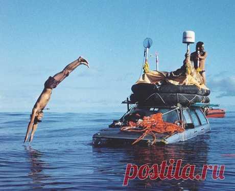 6 атмосферных фото чуваков, которые пересекли Атлантический океан на машине Это было в 1999 году.