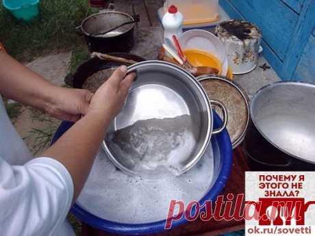 ЧИСТИМ СКОВОРОДКИ ДО БЛЕСКА!!! ингредиенты: 1/2 чашки соды 1 чайная ложка жидкости для мытья посуды 2 столовые ложки перекиси водорода Смешиваем до тех пор, пока не станет похоже на взбитые сливки (при необходимости доливаем еще перекиси), наносим на грязную поверхность и оставляем минут на 10. После этого берем жесткую губку, хорошенько трем и смываем всё! Всё просто, чисто, и безопасно!