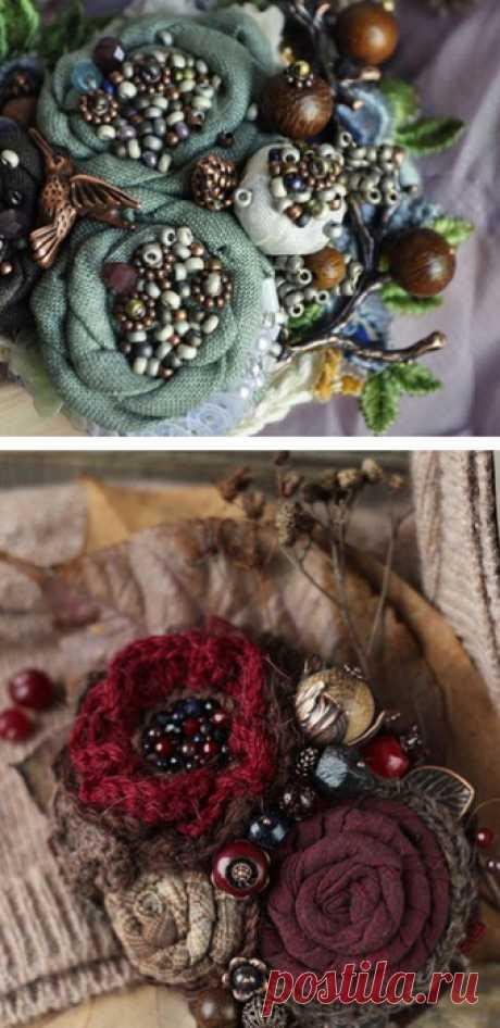 Мастерица быстро сметала края ленты и восхитила роскошными текстильными цветами! Их так легко сделать своими руками!