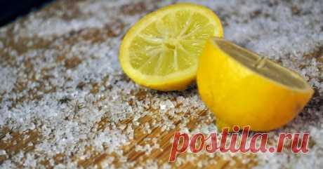 Неожиданно: разрежьте лимон, посыпьте солью и оставьте на ночь на кухне.