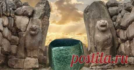 Тайна зеленого «камня желаний» в Хаттусе В столице империи хеттов в центральной Турции есть загадочный гигантский древний камень. Любой, кто посещает Хаттусу, может полюбоваться этим зеленым каменным валуном, чья история окутана тайнами. Местные жители называют его «камнем желаний», но неясно, для чего на самом деле этот камень...