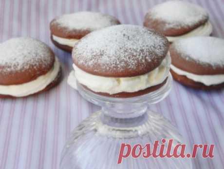 Пирожное «Вупи Пай» — рецепт с фото пошагово. Как приготовить пирожные Вупи Пай? Очень вкусные бисквитные пирожные со сливочным кремом. Подать их можно к праздничному столу, например на день рождения.