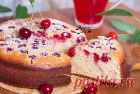 Простой пирог с вишней на кефире Вкуснейший рецепт простого пирога с вишней на кефире. Нежный, сладкий мякиш и ароматная вишня - вот оно, лето на тарелке! Вам потребуется: Вишня (можно замороженную) — 200 г Кефир — 1 ст. (200 мл) Яйцо куриное — 3 шт. Мука — 1 ст. (200 мл) Разрыхлитель теста — 1.5 ч.л. Сахар — 1 ст. (200 мл) Сахарная пудра — по желанию Масло сливочное — 1 ч.л. для смазывания формы Как готовить: 1. В духовке установить температуру 180 градусов и нагреть ее. Вишни без косточек…