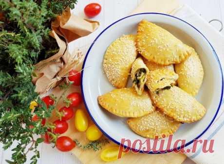 Пирожки из сметанного теста с капустой и шпинатом