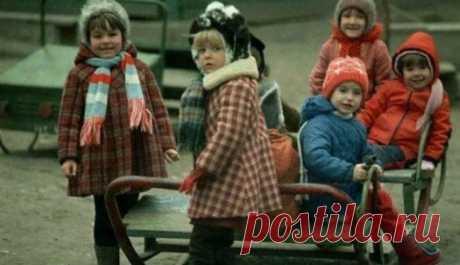 10 любимых вещей из советского детства 10 любимых вещей из советского детстваУ каждого из нас были свои любимые игрушки, фильмы и сорта мороженого. Сегодня попытаемся воссоздать горячую десятку советского ребенка, жившего в эпоху застоя и ...