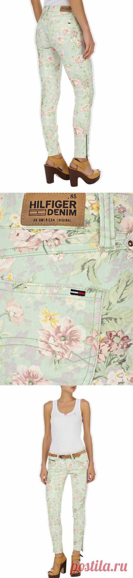 Романтический и милый образ помогут создать летние брючки дизайнера Tommu Hilfiger мятного оттенка с цветочным принтом.