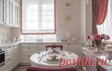 Если очень хочется, то даже в «сталинке» можно объединить пространство кухни и гостиной. На помощь придут несущие колонны и балки